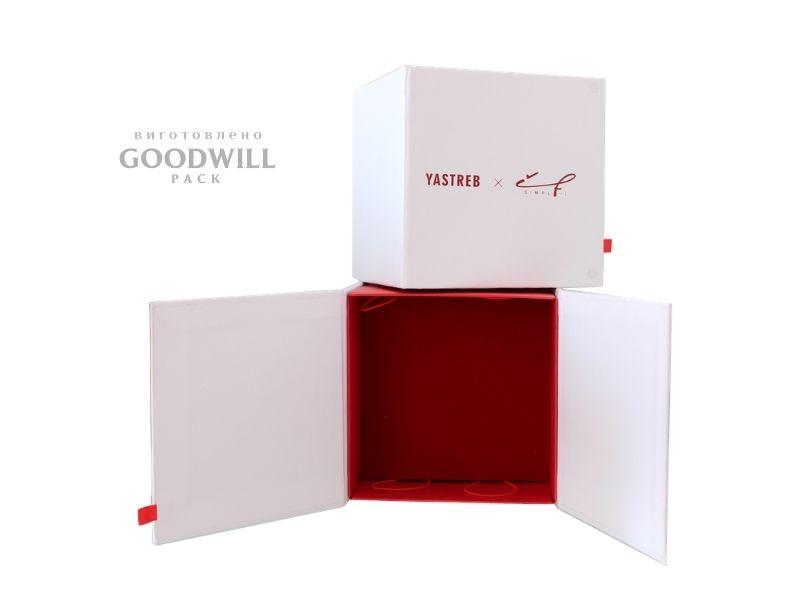 Коробка брендована для прикрас