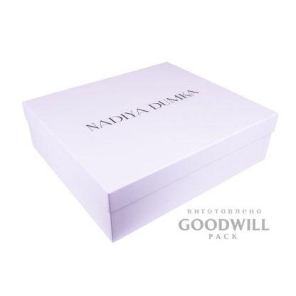 Брендована коробка біла з палітурного картону для одягу фото