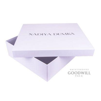 Брендована коробка для одягу з логотипом фото