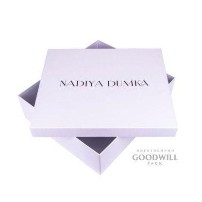 Коробка для одягу з логотипом із картону фото