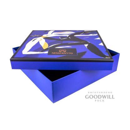 Коробка фирменная для одежды фото